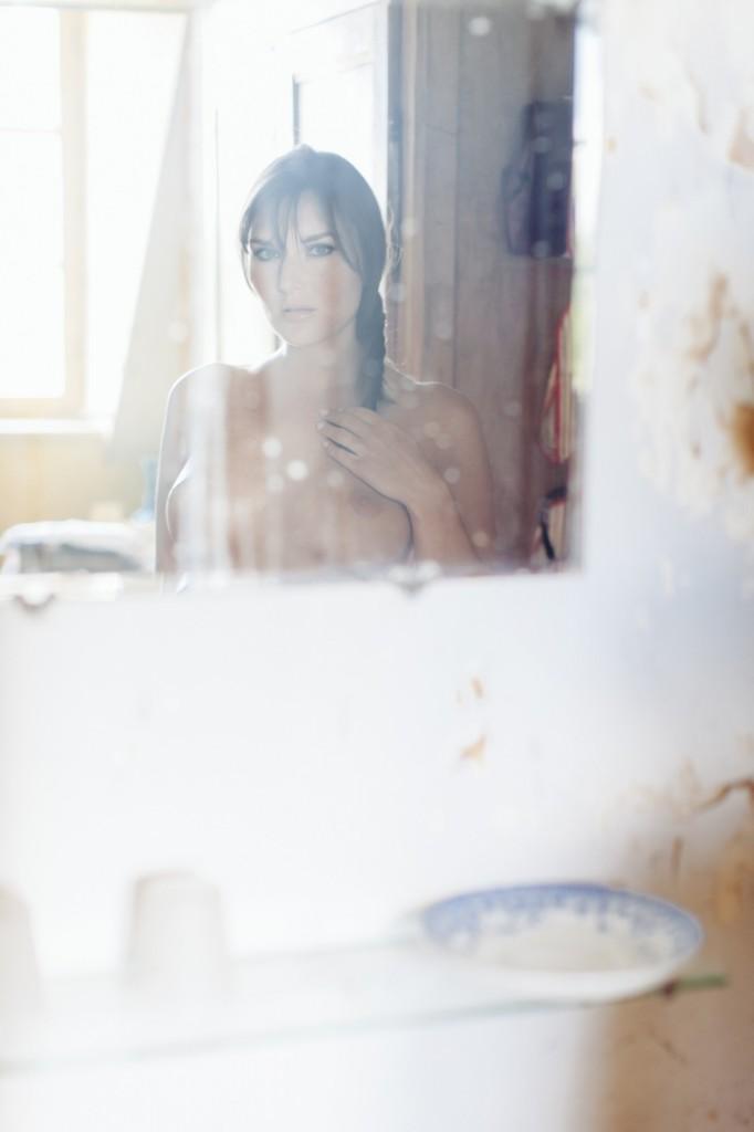 Eliska Portrait Nu dans le mirroir